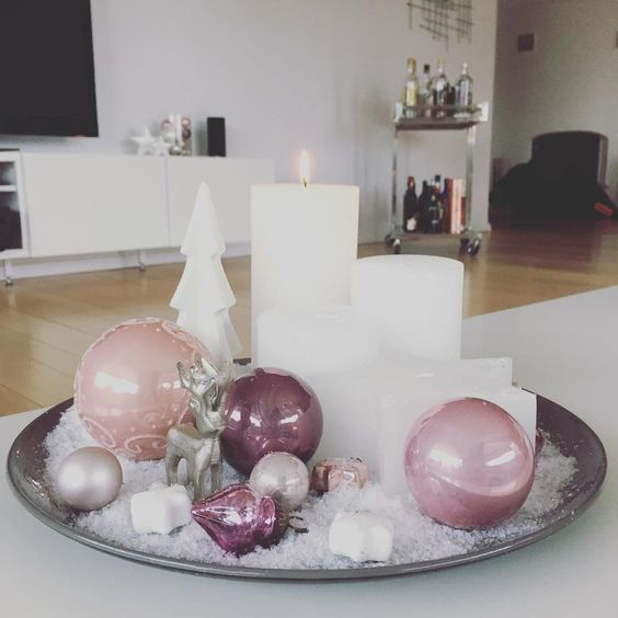 Christmas arrangement with a plate or tray with spheres